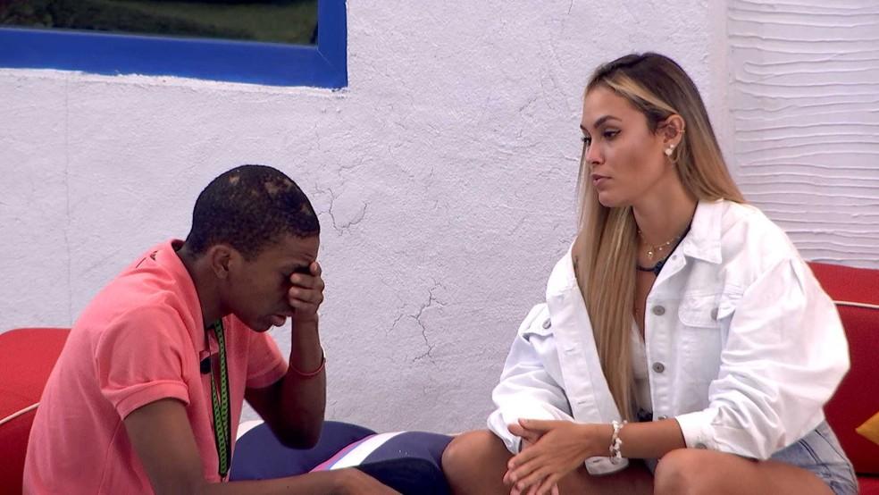 Sarah e Lucas conversam na área externa da casa — Foto: Globo