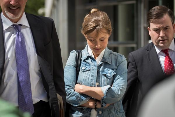 A atriz Allison Mack na companhia de seus advogados após a mais recente audiência do julgamento na qual ela é acusada de exploração sexual (Foto: Getty Images)