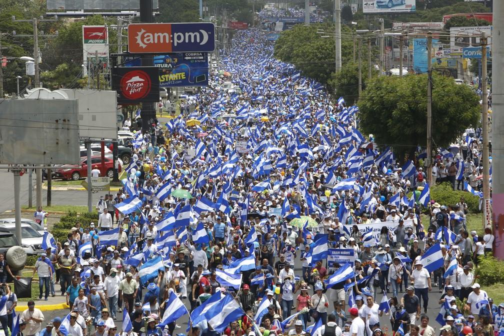-  Imagem de 30 de junho mostra centenas de milhares de pessoas em manifestação em Manágua para lembrar crianças assassinadas em distúrbios dos últimos