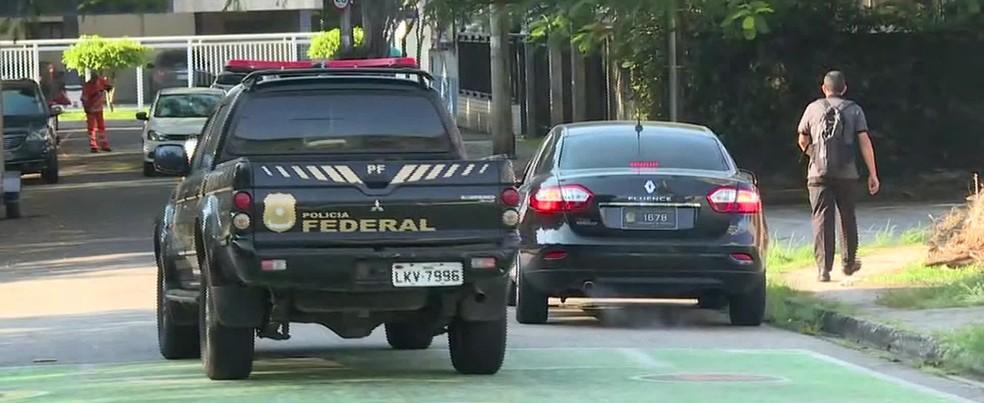 Veículo da Polícia Federal em frente à casa do ministro Helton Yomura, na zona oeste do Rio, alvo de mandado de busca e apreensão (Foto: Fábio Neder/TV Globo)
