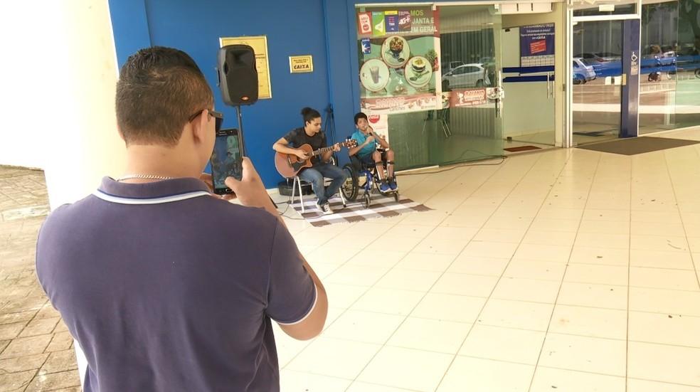 Paulinho canta após repercussão de vídeo em Ariquemes — Foto: Jeferson Carlos/G1
