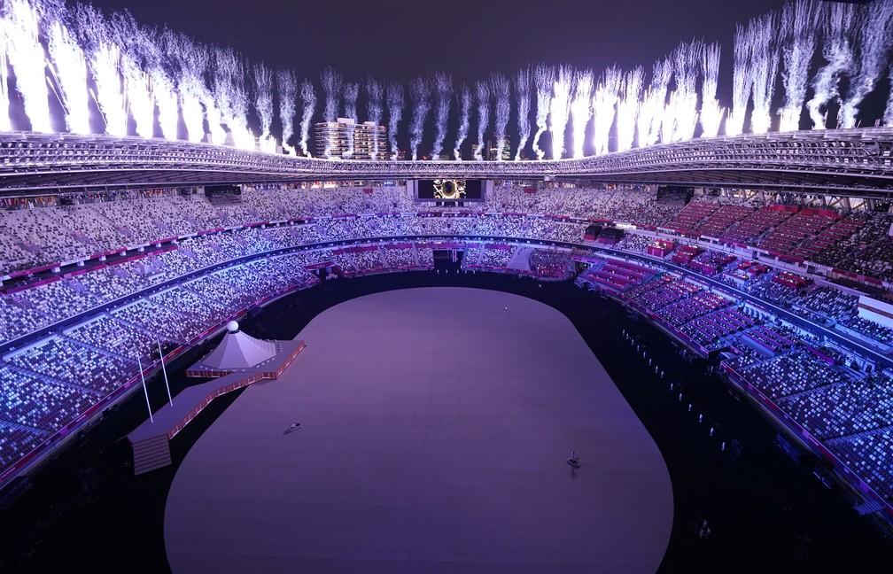 Fogos de artifício são lançados do estádio durante a cerimônia de abertura dos Jogos Olímpicos de Tóquio, no Japão — Foto: Peter Jebautzke/Reuters