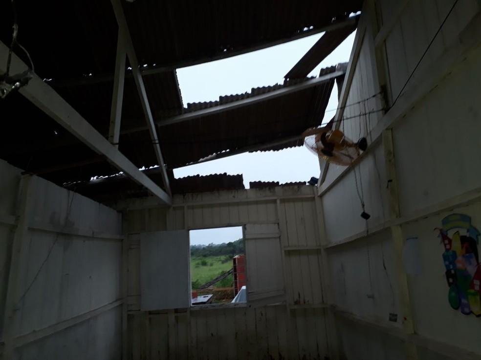 Parte da estrutura da escola caiu no sábado (7) na zona rural de Cruzeiro do Sul (Foto: Paulo de Souza/Arquivo pessoal)
