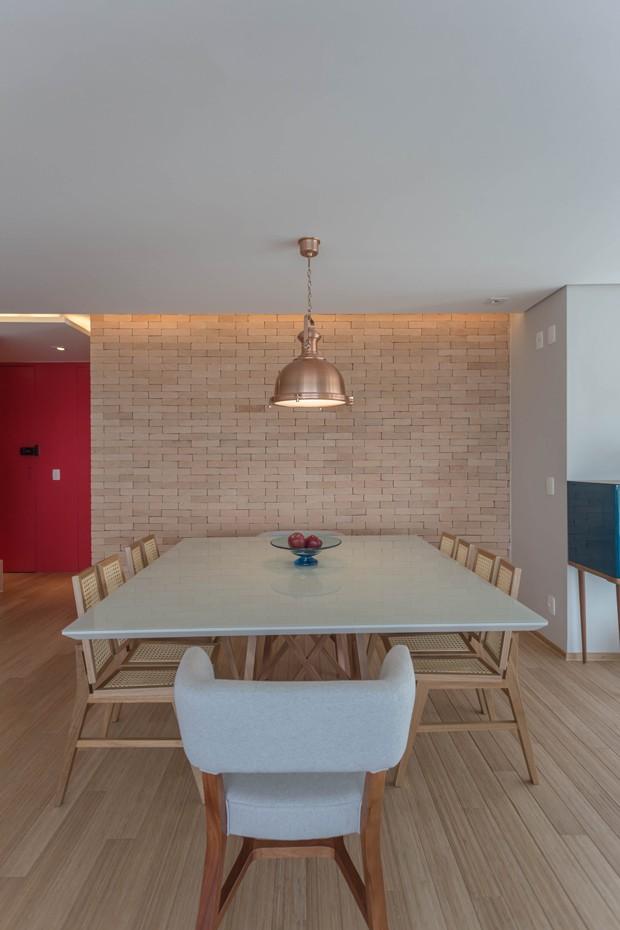 SALA DE JANTAR   A sala de jantar também foi totalmente integrada ao living. Mesa de jantar e cadeiras da Estar Móveis. Luminária já era dos clientes.  (Foto: Marcelo Cotrim / Divulgação)