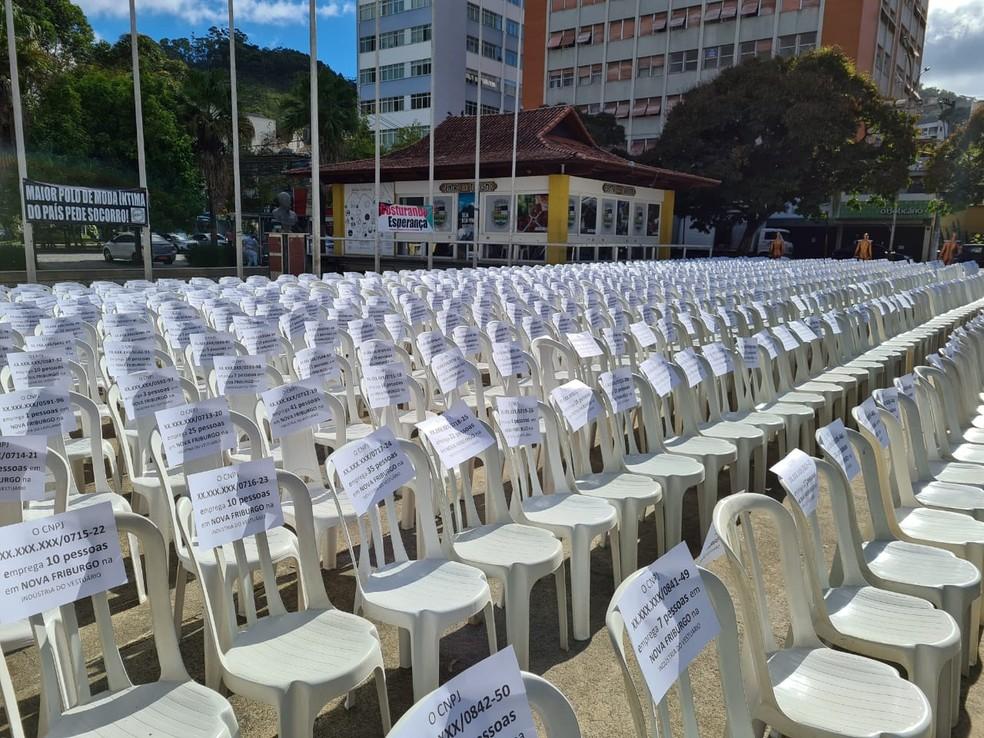 Ato levou para a Praça Dermeval Barbosa Moreira, em Nova Friburgo, RJ, 897 cadeiras, representando o número de empresas formais do setor de moda íntima na cidade — Foto: Divulgação/Costurando Esperança