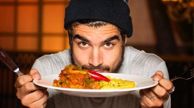 Caio Castro é um dos atores homenageados pelo restaurante (Foto: Reprodução/Instagram)