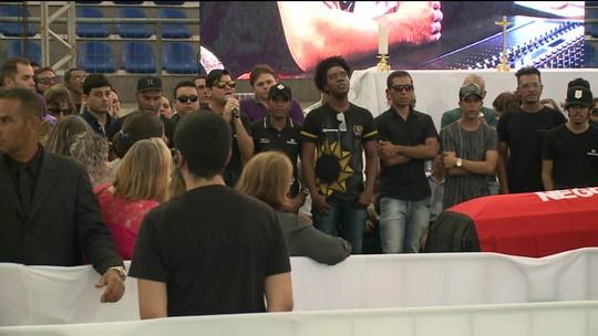 Familiares e fãs se despedem do cantor Gabriel Diniz