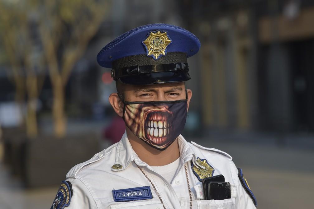 Um policial é visto usando máscara de proteção na rua Madero, na Cidade do México — Foto: Pedro Pardo/AFP