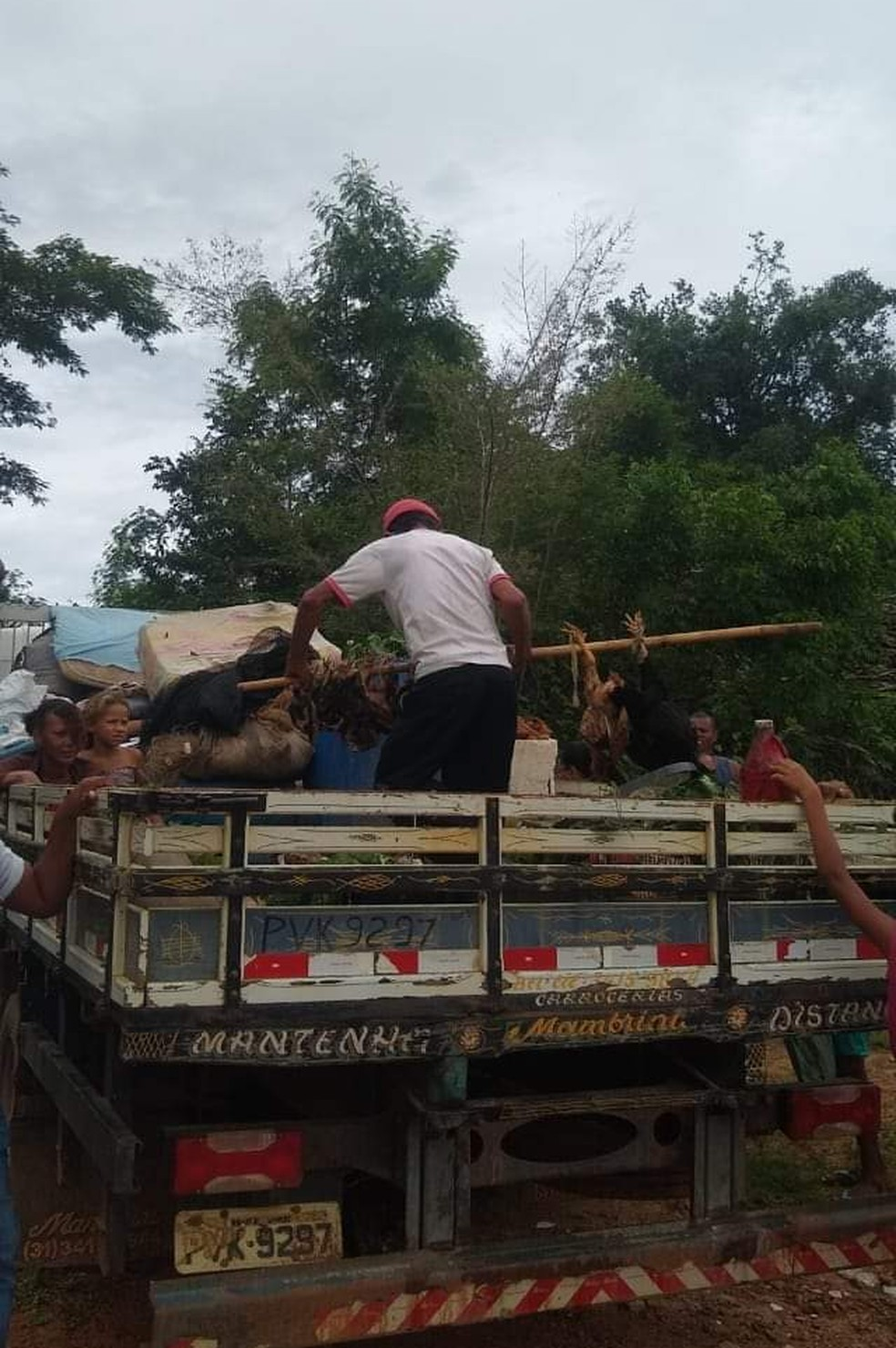 Famílias levaram mudança em um caminhão — Foto: Vailton Ferreira/Arquivo pessoal