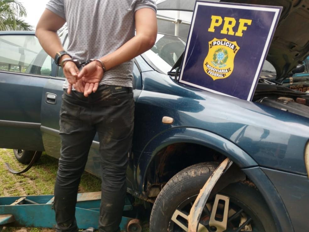 Suspeito foi preso e levado para a Superintendência da Polícia Federal, em Rio Branco — Foto: Divulgação/Polícia Rodoviária Federal do Acre