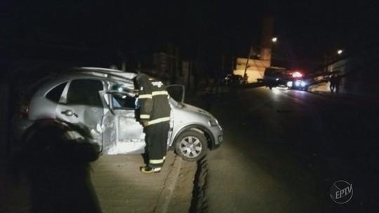 Passageira morre após carro bater em poste em Pouso Alegre