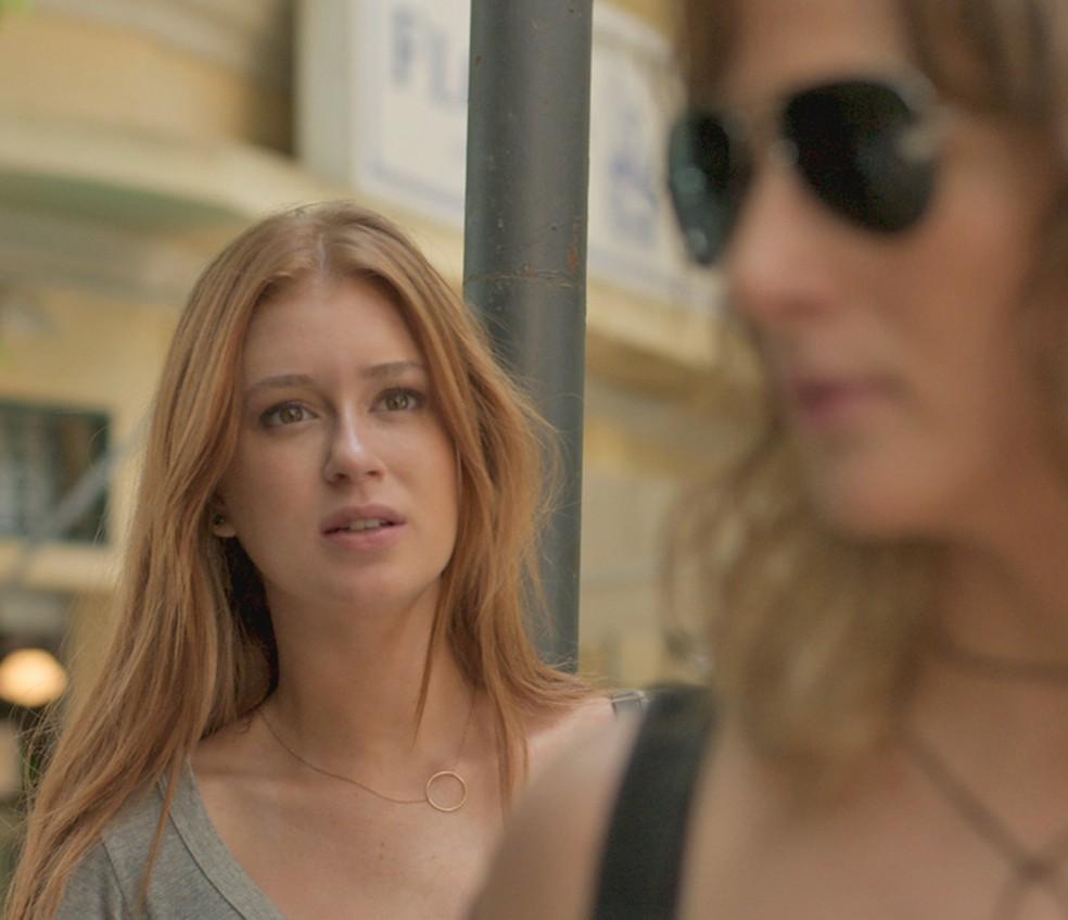 Eliza (Marina Ruy Barbosa) esbarra com Sofia (Priscila Steinman) e reconhece garota — Foto: TV Globo
