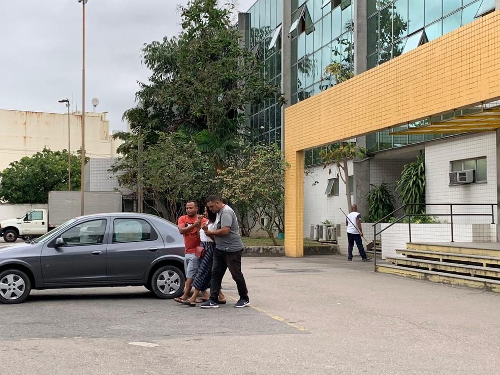 Avó da menina Ágatha Vitória Sales Félix, de 8 anos, baleada e morta no Complexo do Alemão, na Zona Norte do Rio é amparada por familiares ao sair do IML do Rio — Foto: Fernanda Rouvenat/G1
