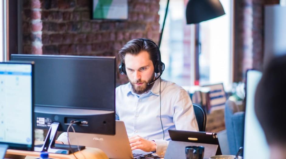 A maioria das pessoas usa fones de ouvido no trabalho (Foto: Reprodução/Pexels)