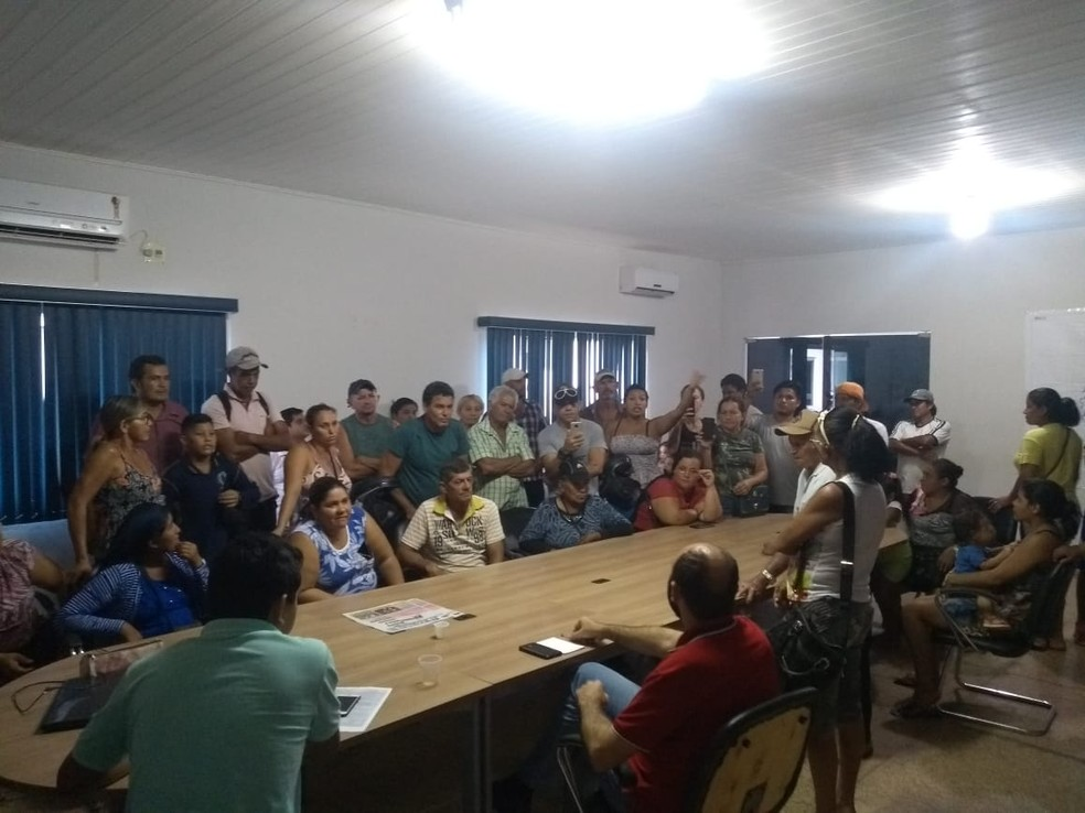 Feirantes foram à sede da prefeitura de Nova Mamoré, RO, para solicitar providências — Foto: Fernando Jeff/ Mamoreagora