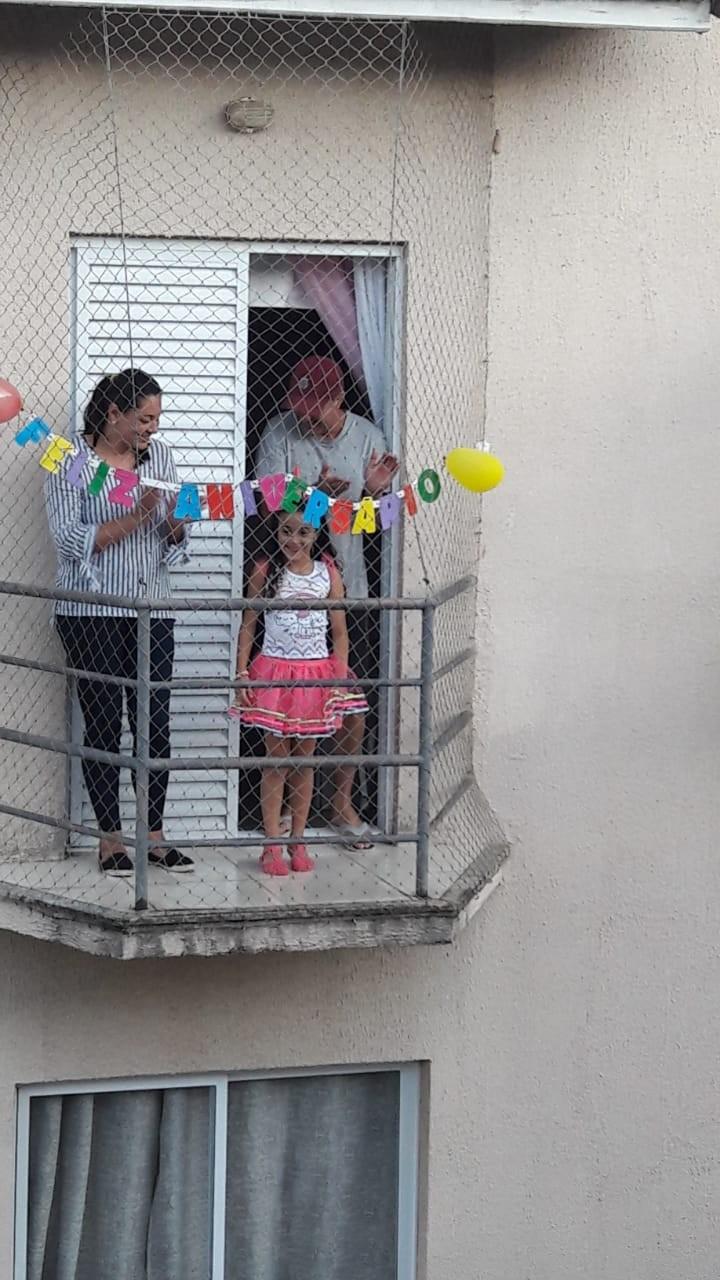 Menina ganha festa de aniversário na sacada e vizinhos cantam 'parabéns' em condomínio de Mairinque; vídeo