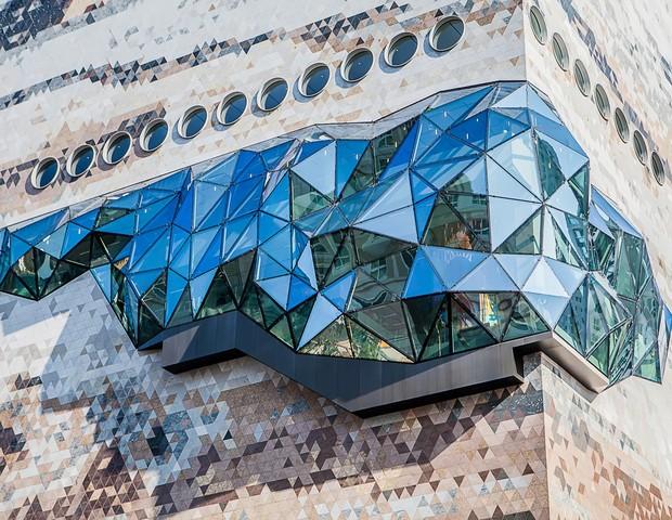 Loja sul-coreana ganha fachada com textura de pedra e mosaicos de vidro (Foto: Divulgação / OMA)