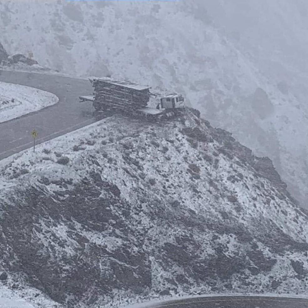 Caminhão ficou a centímetros de barranco na Cordilheira dos Andes — Foto: Aconcagua News