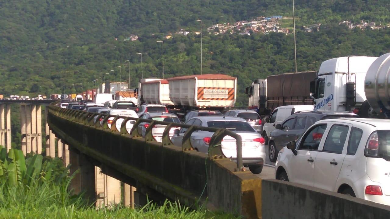 Acidente entre carretas causa congestionamento na rodovia dos Imigrantes