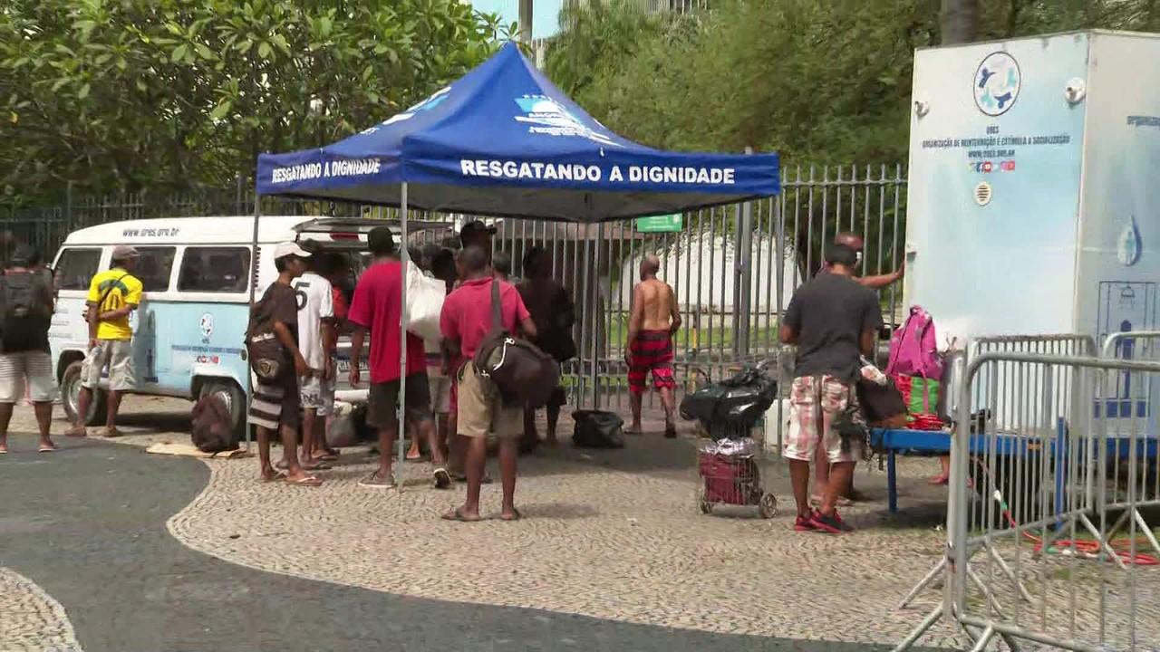 ONG leva banho a sem-tetos no Centro do Rio para ajudar no combate ao coronavírus