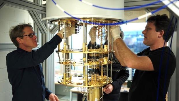 Os computadores quânticos da IBM precisam de temperaturas muito baixas, o que inviabiliza a fabricação em larga escala (Foto: IBM via BBC)
