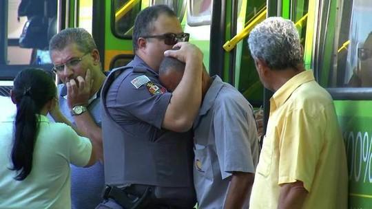 Policial consola motorista de ônibus após acidente que matou mulher em moto