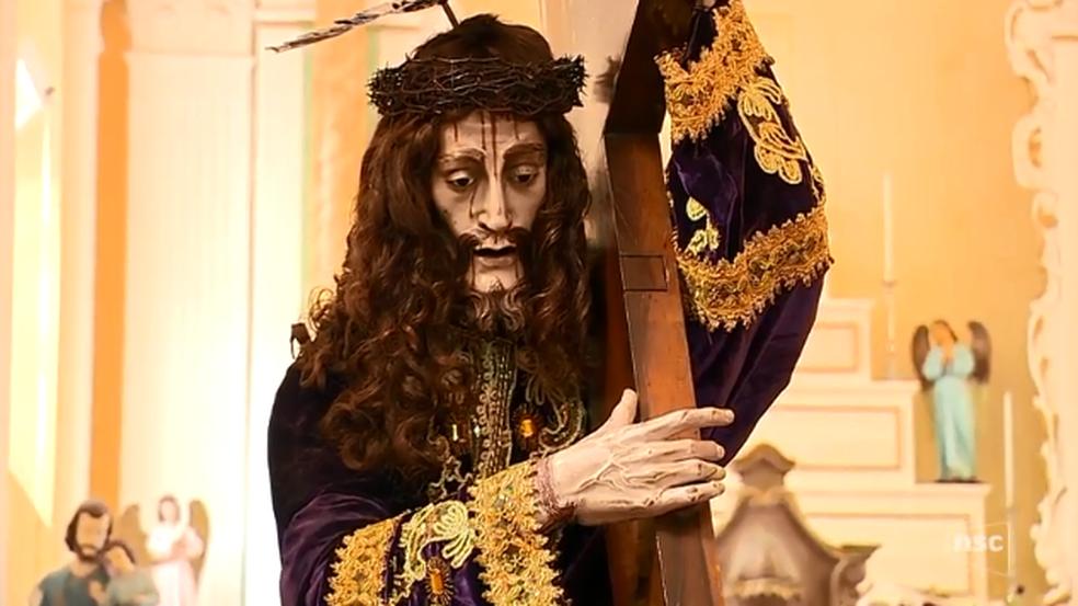 Madeixas de Renato foram usadas na confecção da peruca da imagem do Senhor dos Passos (Foto: Reprodução/ NSC TV)