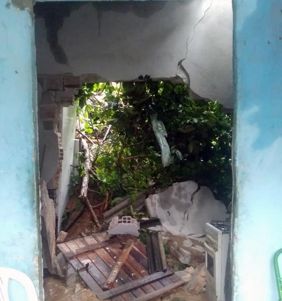 Cozinha de casa foi danificada por barreira em Olinda — Foto: Everaldo Silva/TV Globo