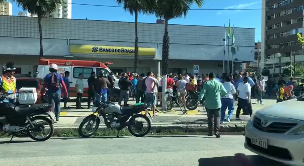 Homem é baleado em frente a uma agência bancária em Fortaleza (Foto: Reprodução/TV Verdes Mares)
