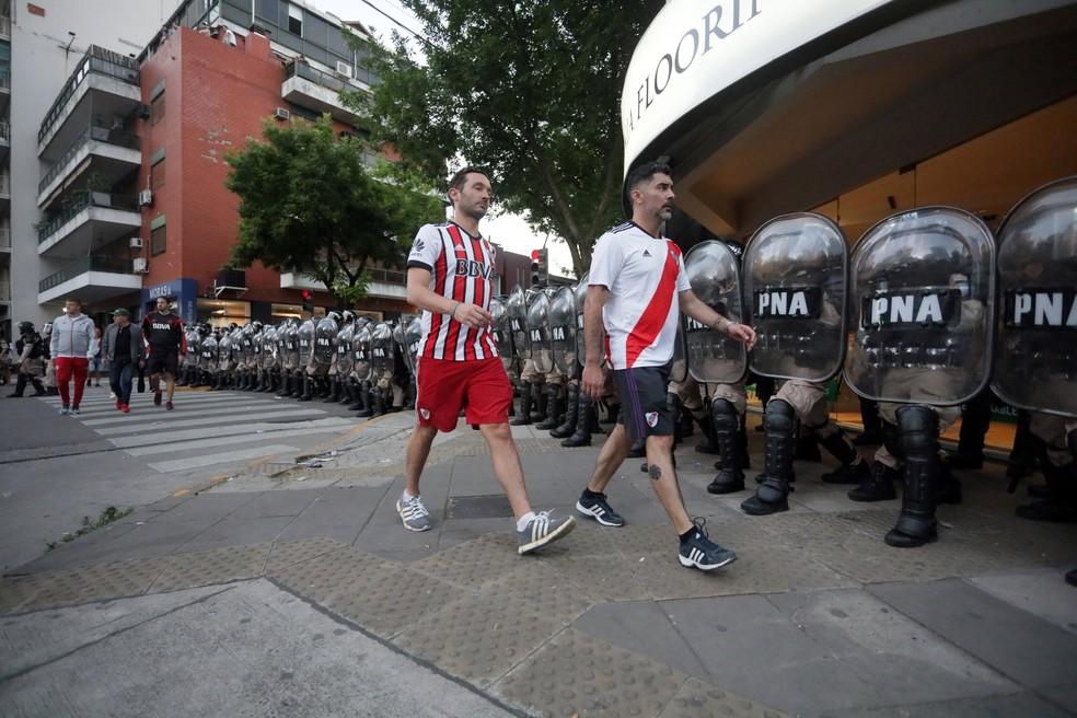 Torcida do River Plate deixa Monumental após novo adiamento — Foto: Alberto Raggio/Reuters