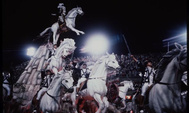 Zacarias de Oxóssi desfilou representando Duque de Caxias, em um cavalo a 12 metros do chão, em carro alusivo à Guerra do Paraguai