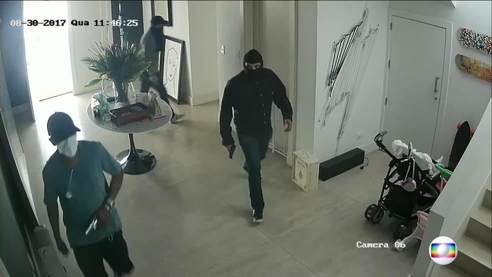 Ladrões invadem casa no Morumbi (Foto: TV Globo/Reprodução)