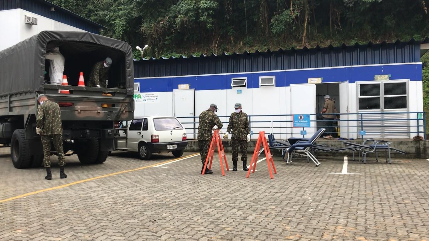 Exército faz desinfecção da área externa da UPA vermelha em Petrópolis, no RJ
