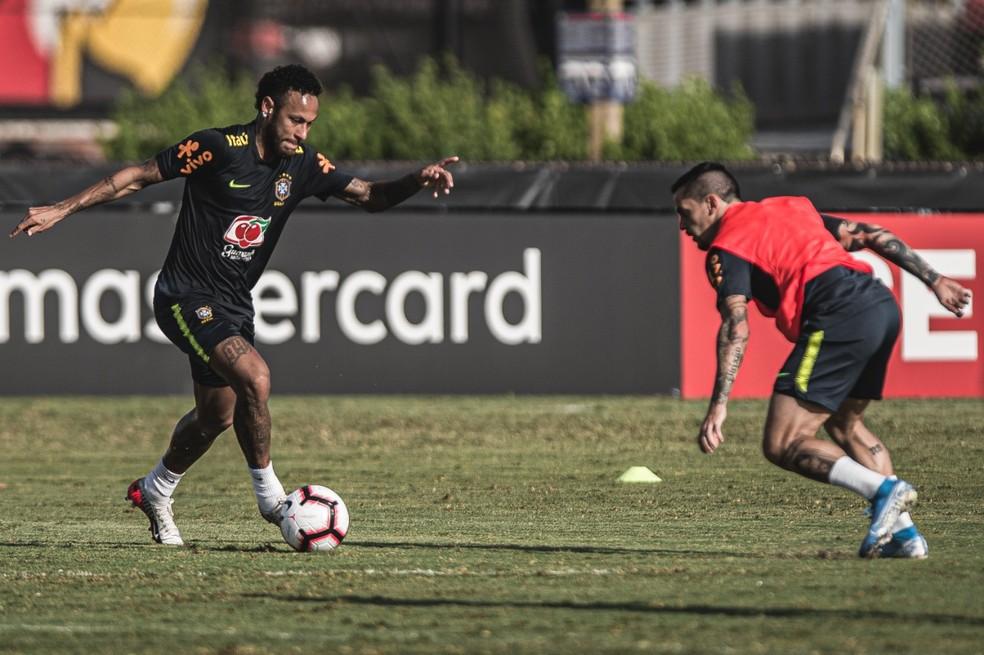Neymar parte para cima de Fagner jogador volta a jogar nesta noite em Miami  Foto Pedro MartinsMowa