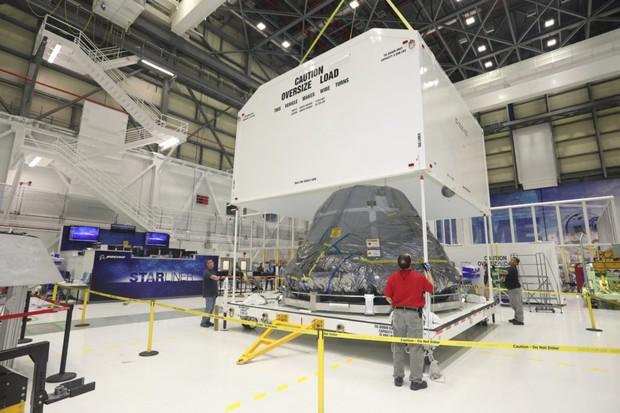 Os técnicos da Boeing fechando o contêiner de transporte do Starliner na fábrica da empresa, na Flórida (EUA) (Foto: NASA/Divulgação)