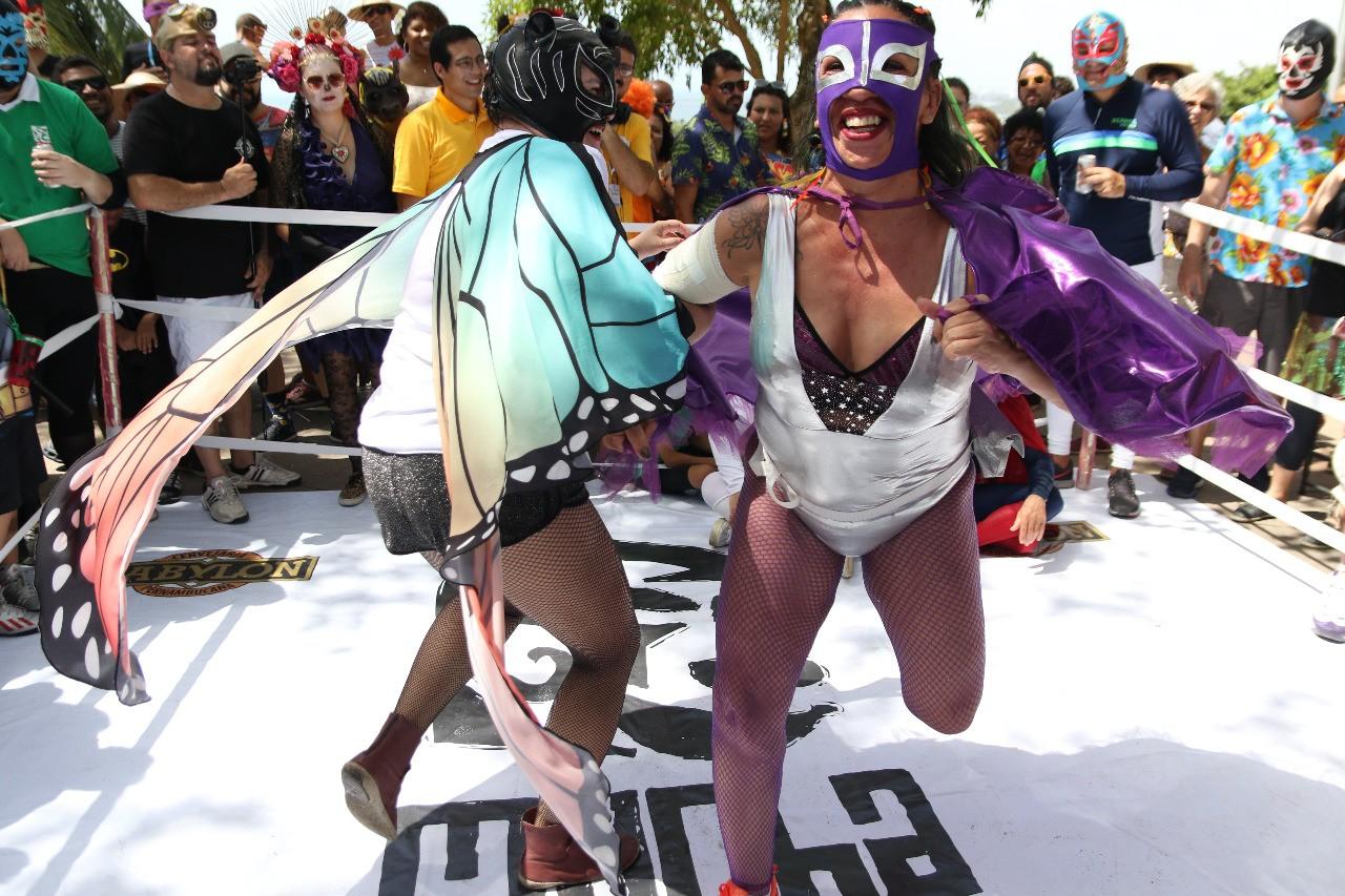 Bloco Mucha Lucha leva foliões mascarados às ladeiras de Olinda; FOTOS