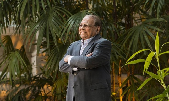 Em foto de 2014, Pitanguy no jardim de sua clínica em Botafogo