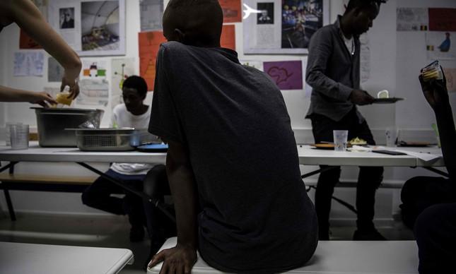 Jovem termina refeição em centro do Médicos Sem Fronteiras
