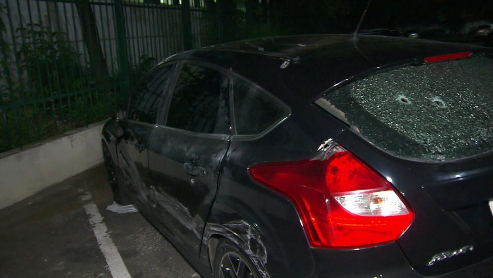 Carro perseguido pela polícia tem marcas de 9 tiros — Foto: TV Globo/reprodução