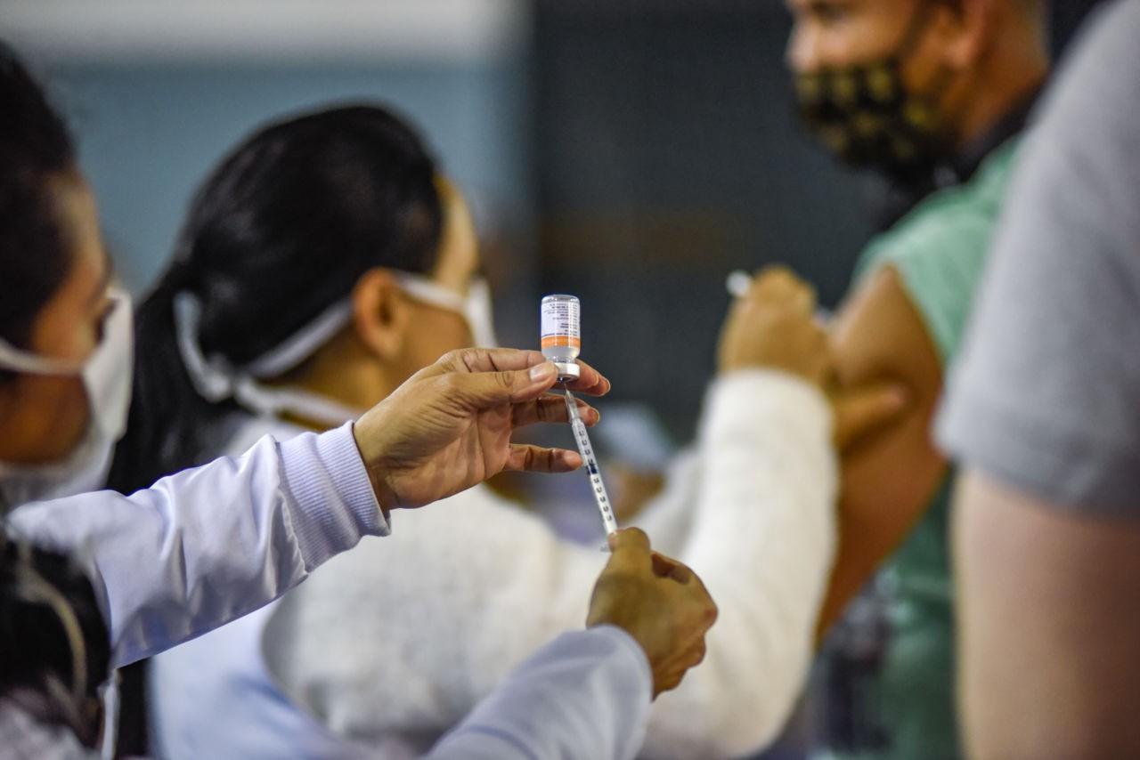 Rio Preto aplica 1ª dose da vacina contra Covid em pessoas de 27 a 25 anos na semana que vem
