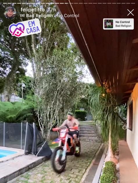 Felipe Titto anda de moto em casa (Foto: Reprodução)