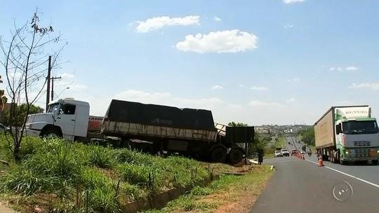 Caminhão tomba em Marília e carga interdita acesso à Rodovia do Contorno