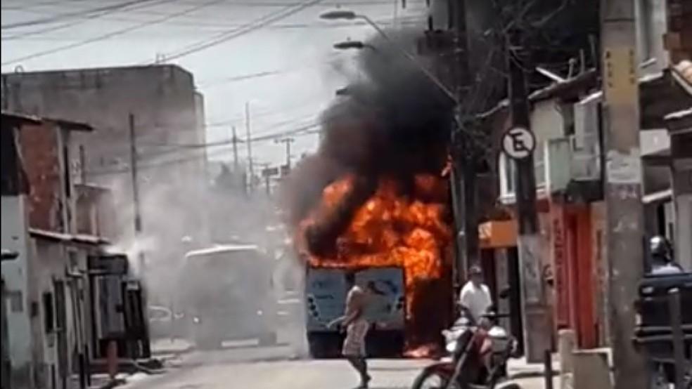 Criminosos fazem série de ataques a ônibus e prédios públicos na Grande Fortaleza — Foto: Reprodução