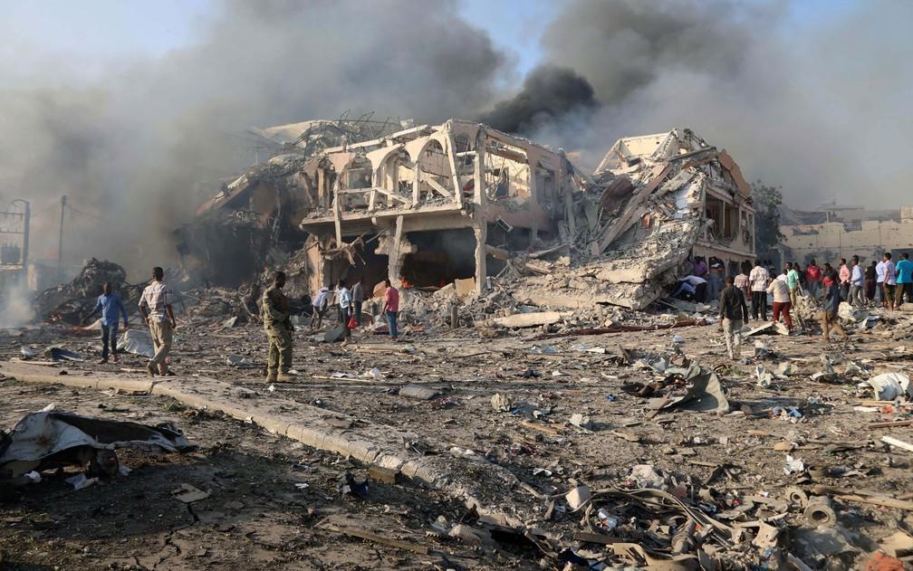 Vista geral de local da explosão na rua KM4 no distrito de Hodan, em Mogadiscio, na Somália, no sábado (14) (Foto: Reuters/Feisal Omar)