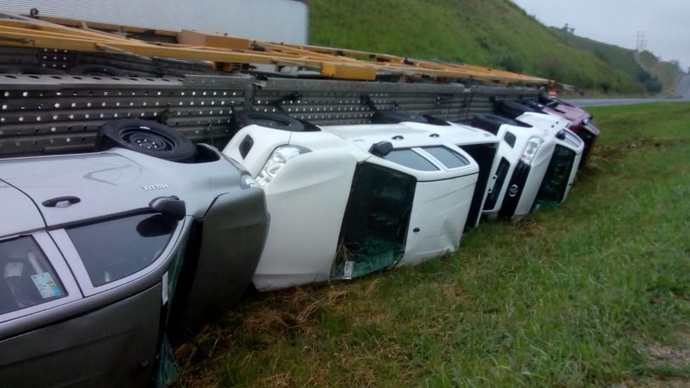 Carros ficaram quebrados após caminhão tombar na Rodovia Régis Bittencourt — Foto: G1 Santos