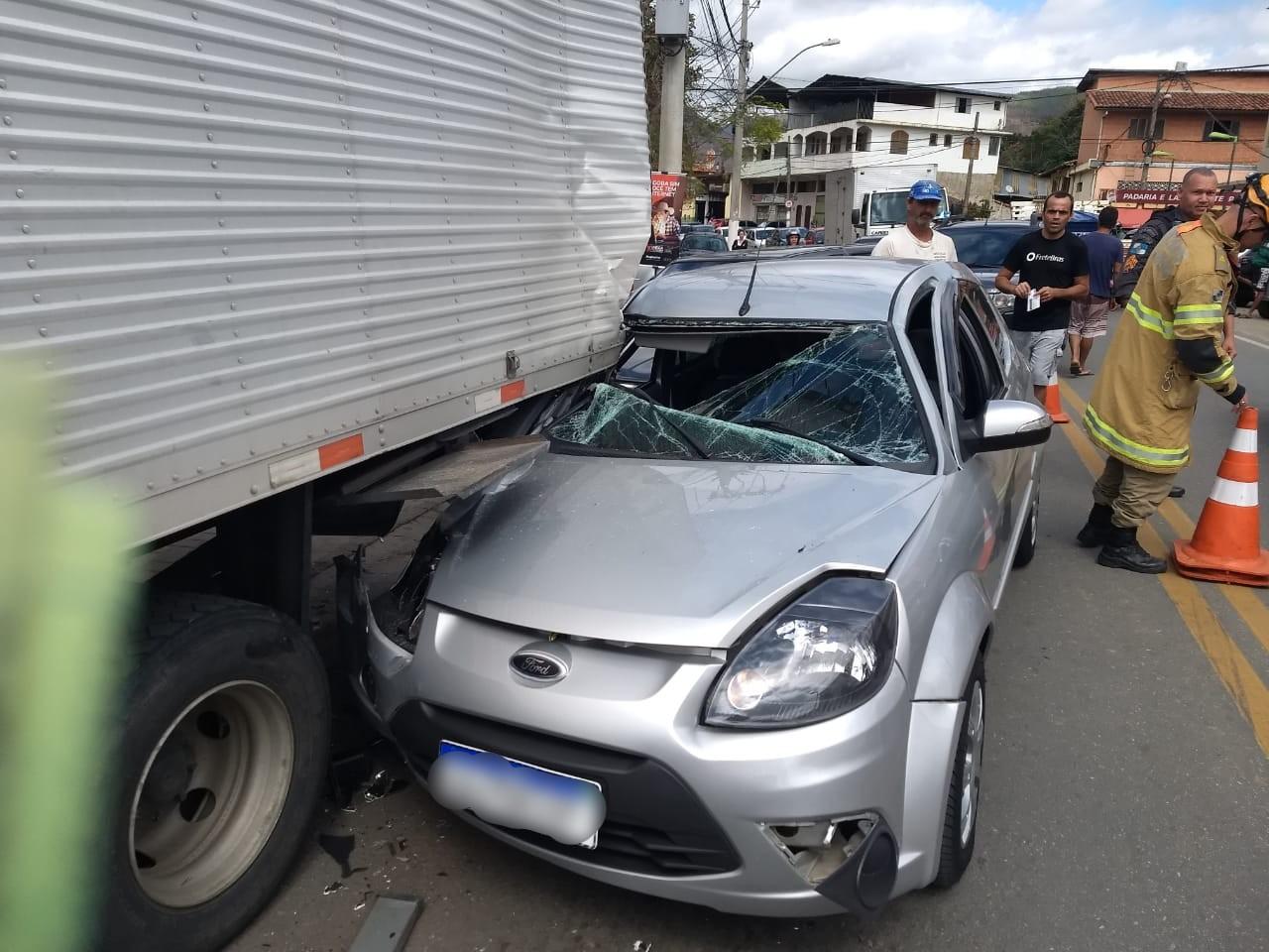 Duas pessoas escapam sem ferimentos de acidente entre caminhão e carro em Petrópolis, no RJ  - Notícias - Plantão Diário