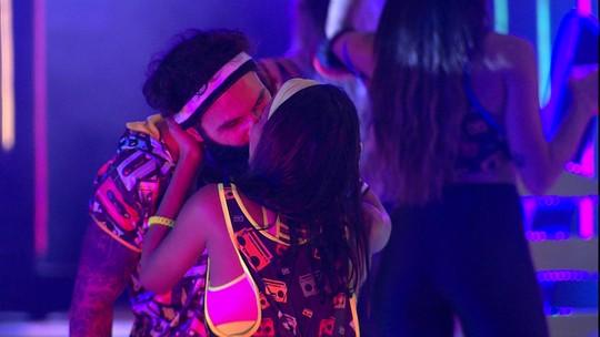 Wagner beija Gleici na pista de dança