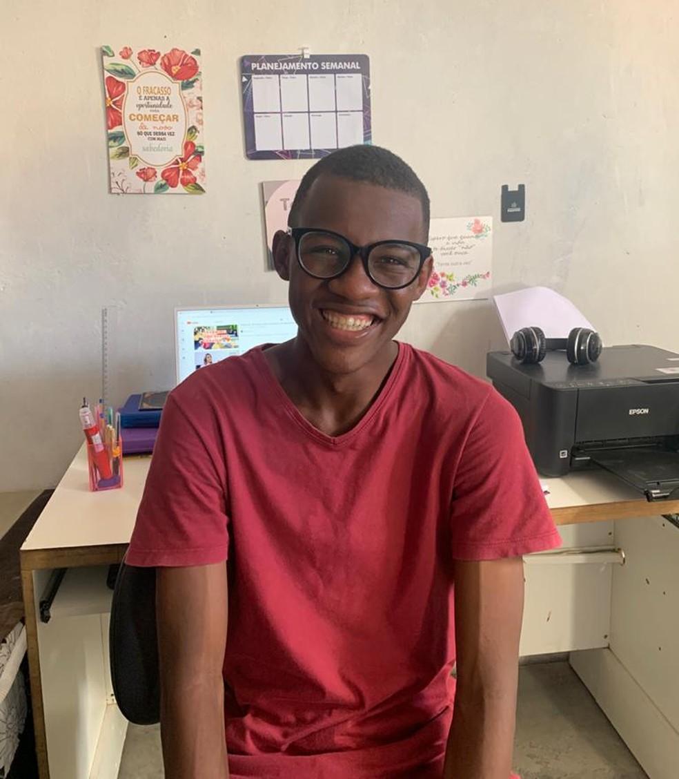 Jovem que estudou em casa sem energia elétrica e tirou 980 na redação do Enem passa em medicina na URFB — Foto: Arquivo Pessoal