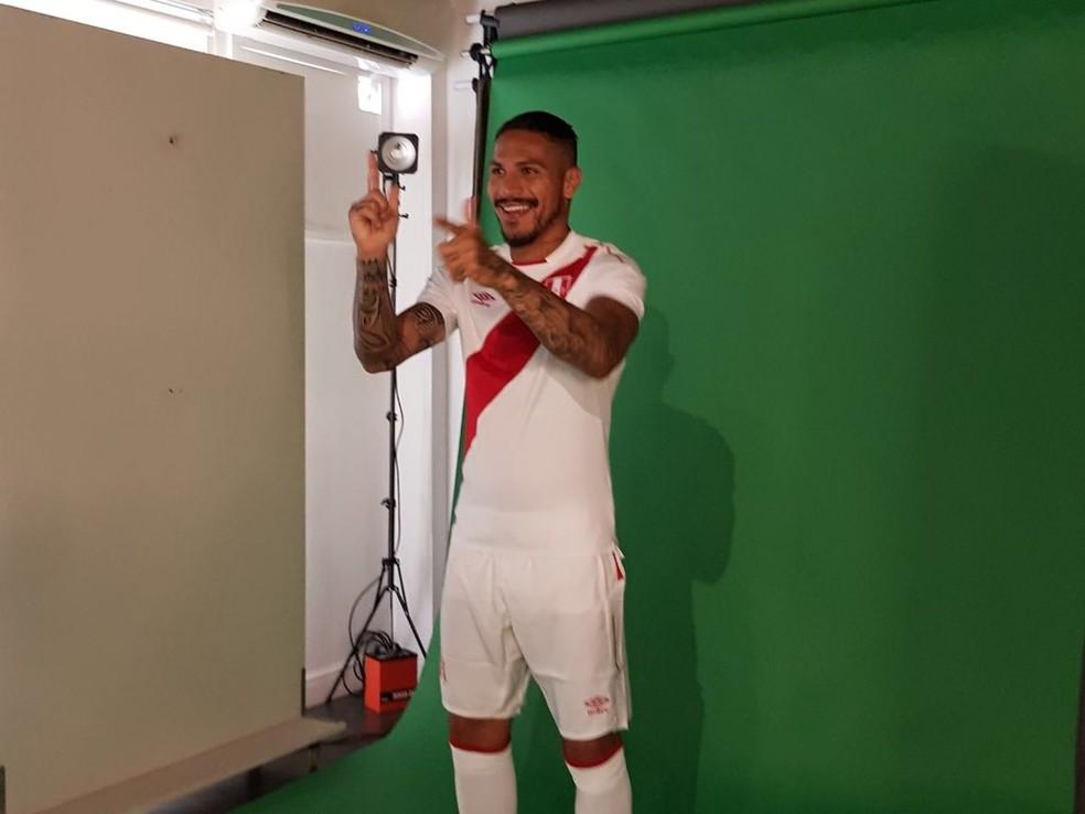 Guerrero posou na manhã desta segunda-feira para fotos para a Federação Peruana (Foto: Reprodução)