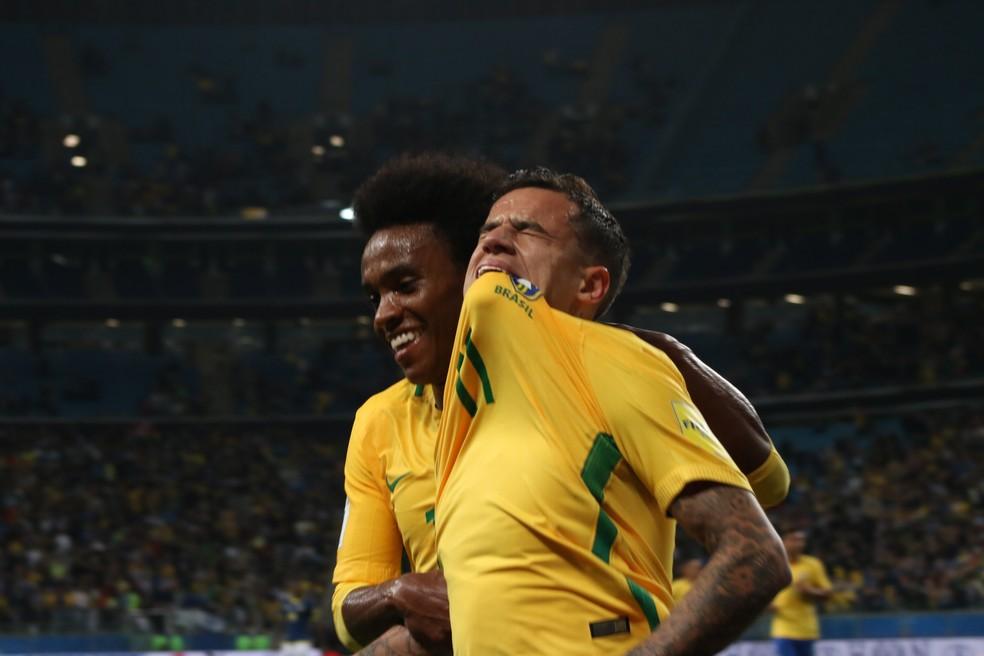 Coutinho é abraçado por Willian e se emociona na comemoração de seu gol: dias difíceis para o camisa 11 (Foto: Diego Guichard / GloboEsporte.com)